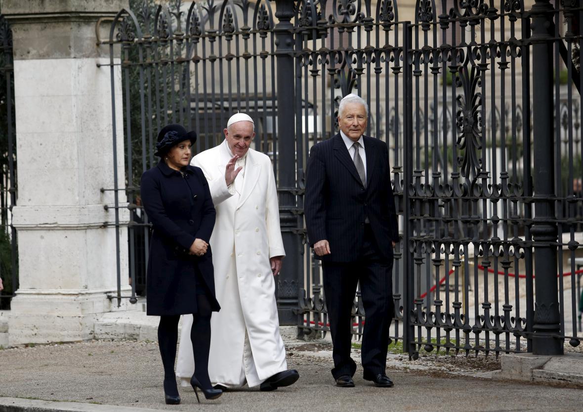 František míří do římské synagogy