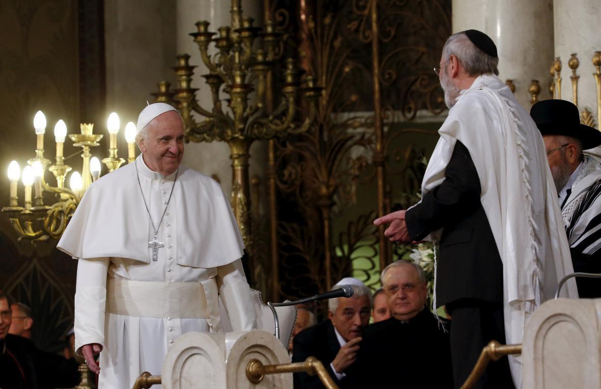 František navštívil římskou synagogu