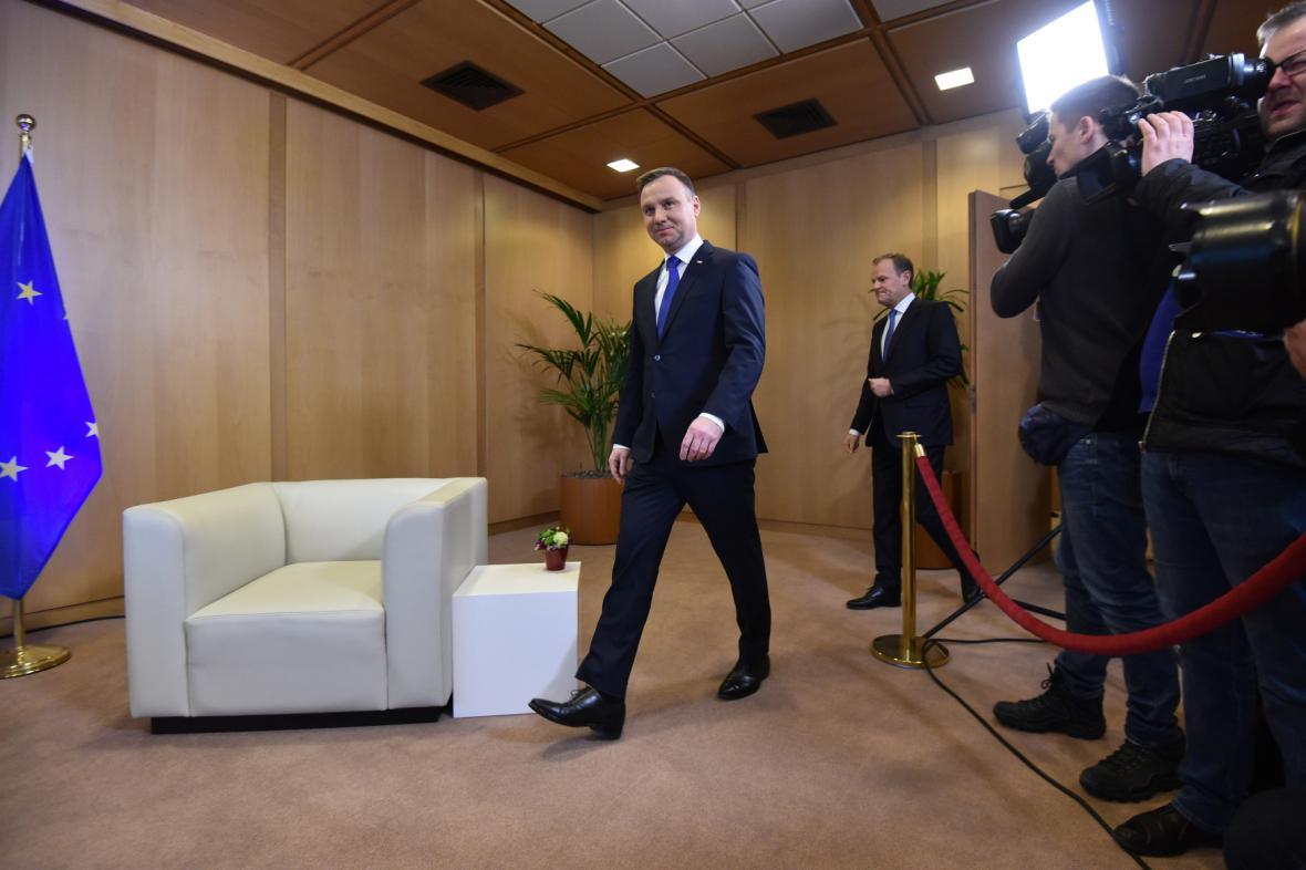 Polský prezident Andrzej Duda přichází na tiskovou konferenci