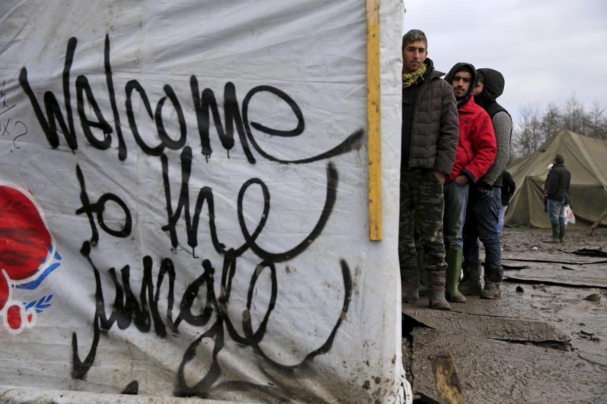 Migranti v táboře poblíž města Dunkerque čekají na výdej oblečení