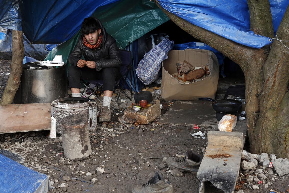 Uprchlík ve svém přístřešku poblíž francouzského města Dunkerque