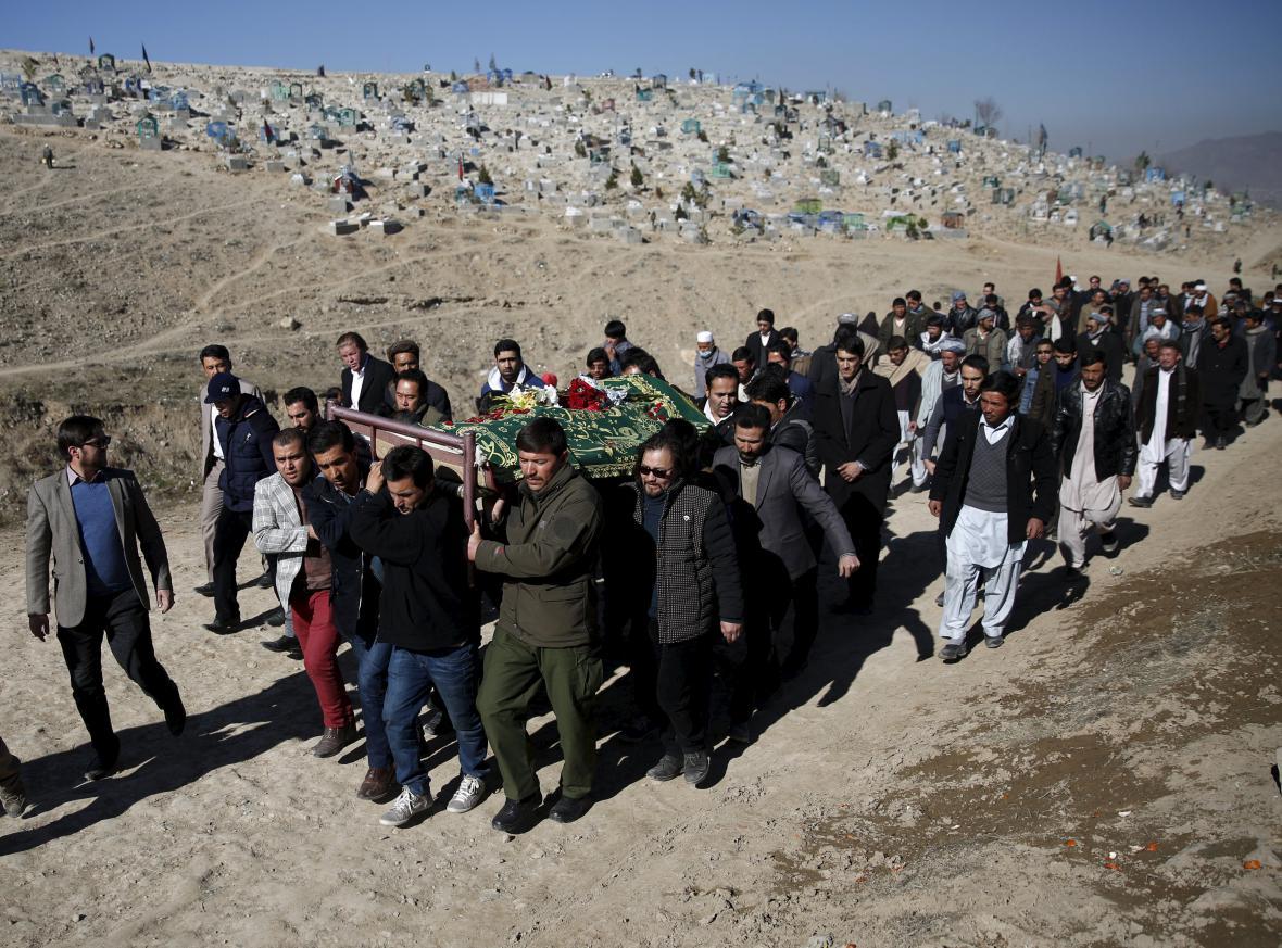 Pohřeb obětí středečního atentátu v Kábulu