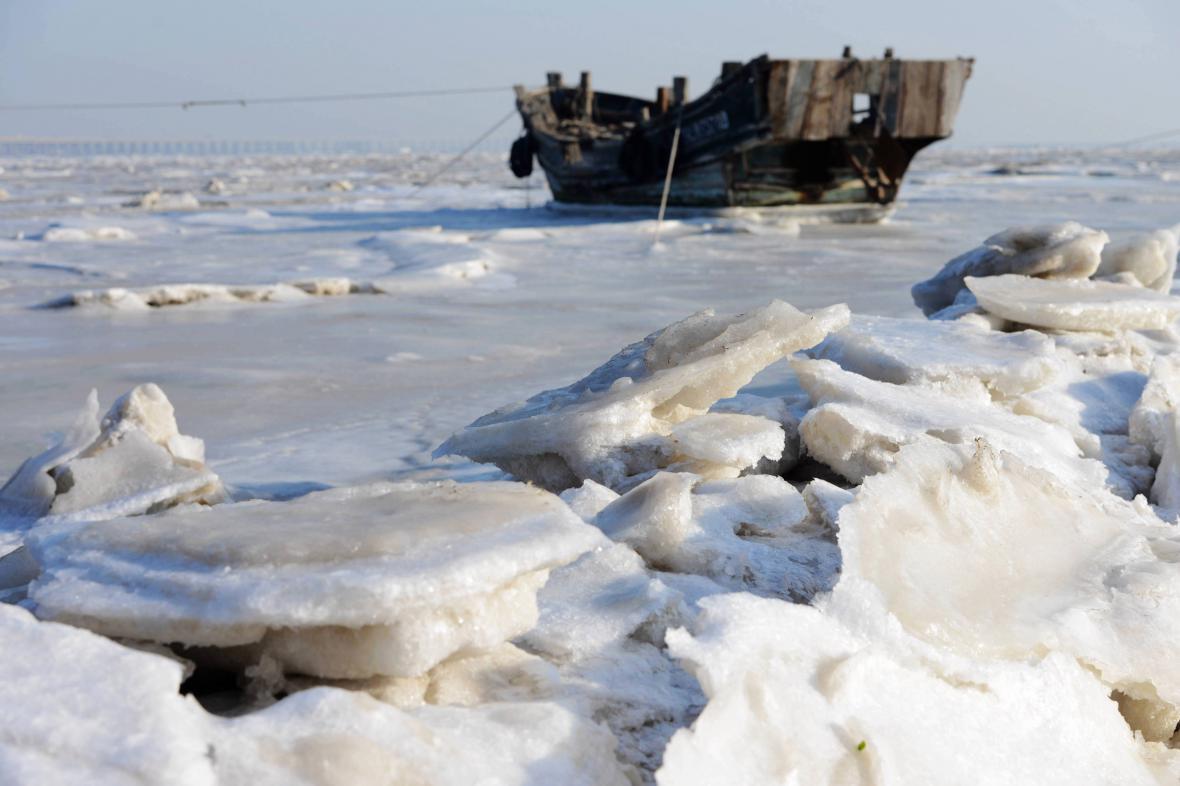 Zamrzlý záliv Ťiao-čou u čínského Čching-tao