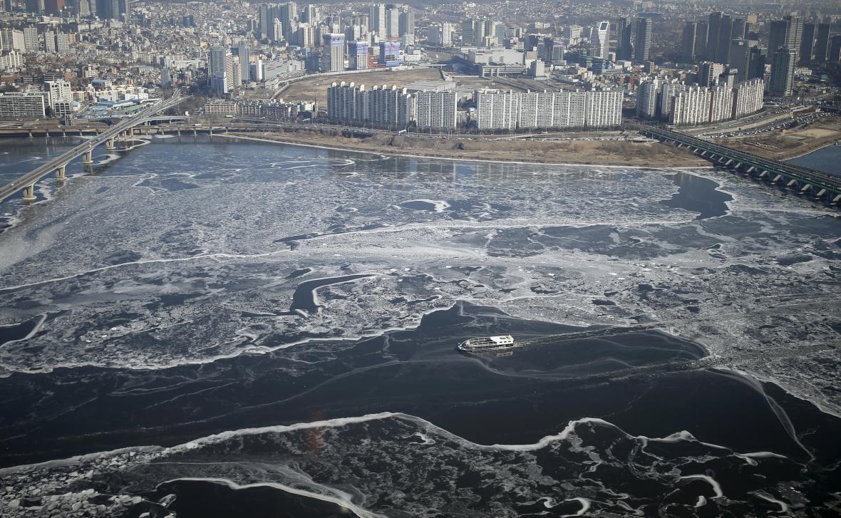 Zamrzající řeka Hangang v Soulu