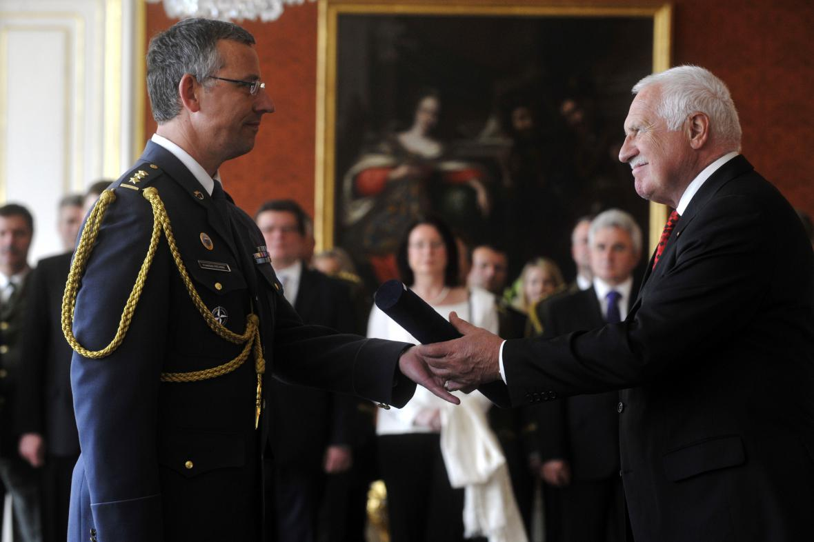 Václav Klaus jmenuje Františka Mičánka do hodnosti brigádního generála
