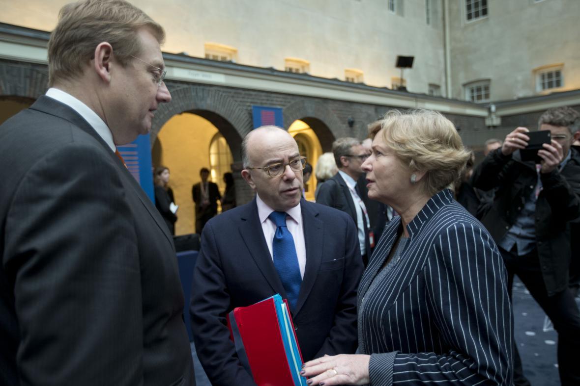 Francouzský ministr vnitra Cazeneuve (uprostřed) při jednání v Amsterdamu