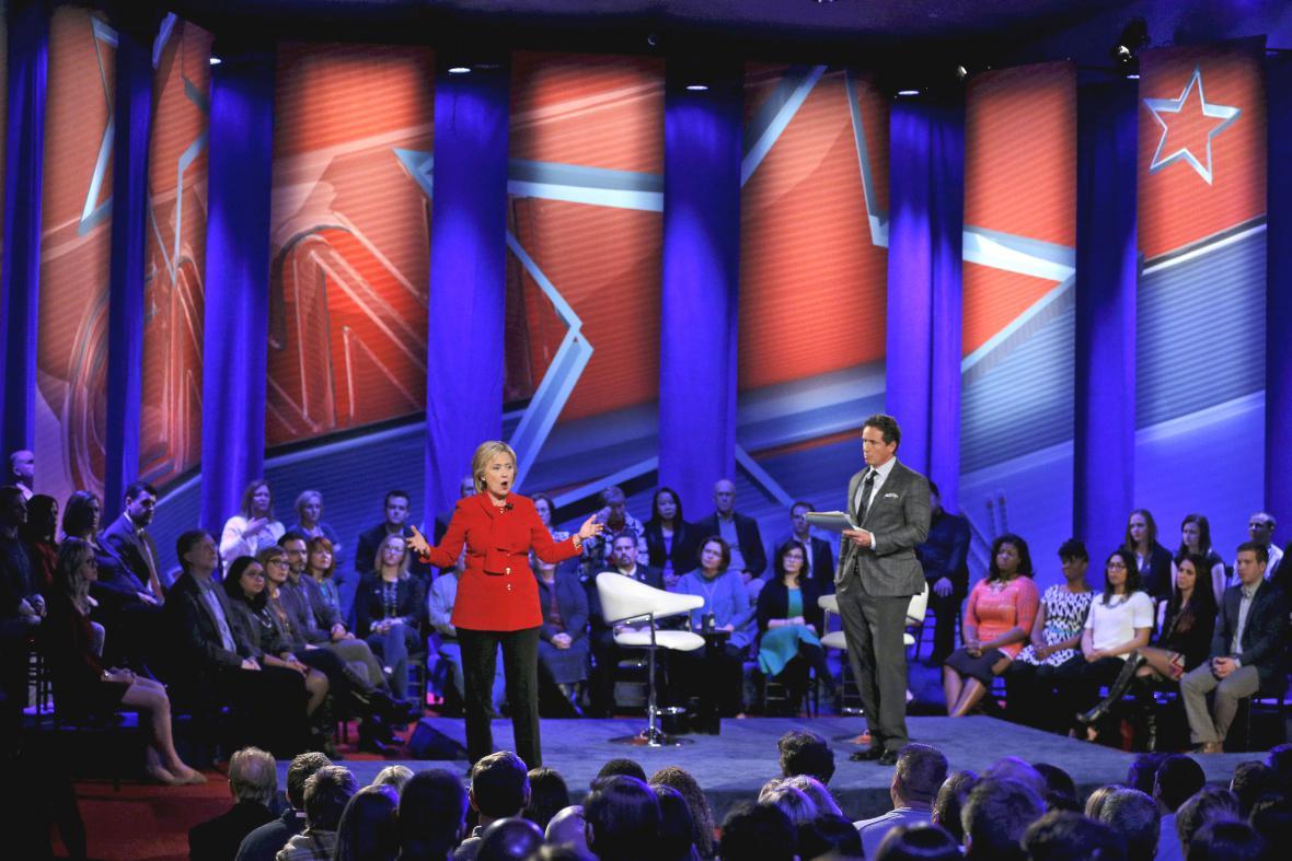 Hillary Clintonová a Bernie Sanders v poslední debatě před primárkami v Iowě