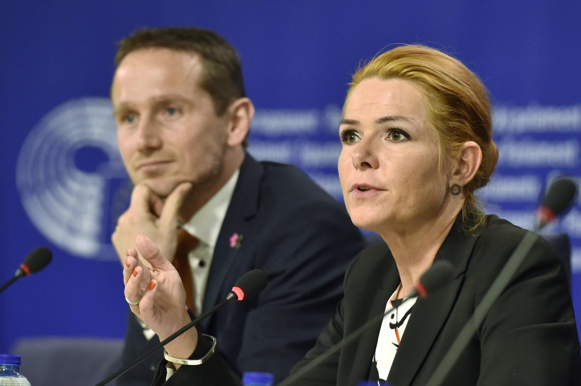 Kristian Jensen a Inger Stöjbergová na brífinku v Bruselu