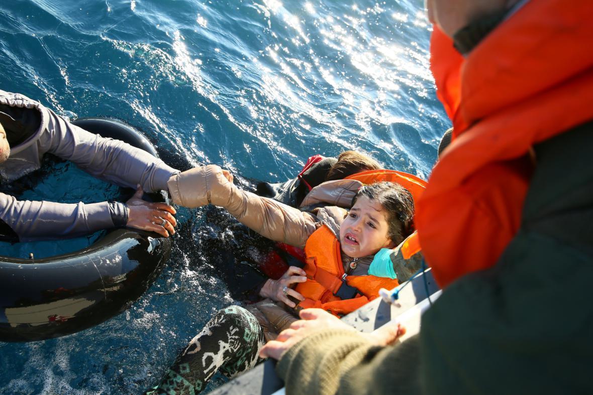 Záchrana uprchlíků v moři mezi Tureckem a Řeckem