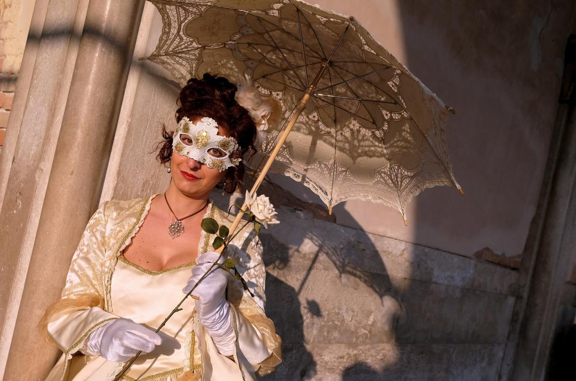 Účastnice benátského karnevalu pózuje na náměstí svatého Marka