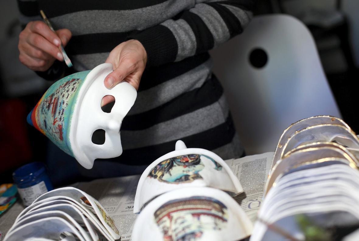 Výroba masek pro nejslavnější karneval