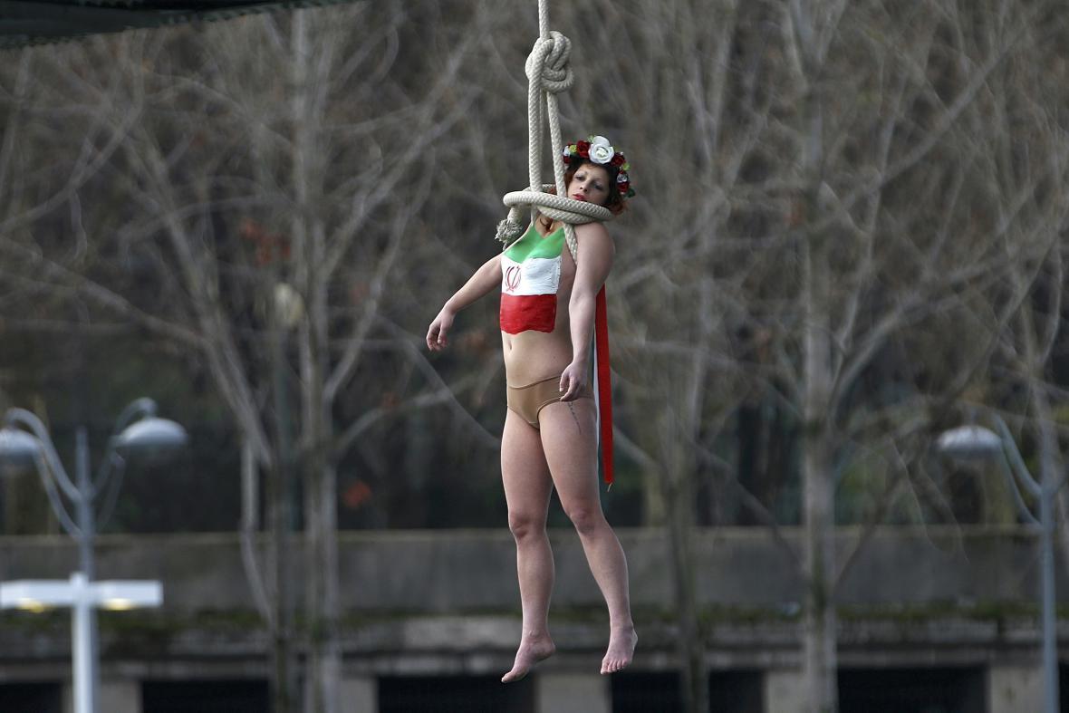 Protest hnutí Femen proti Rouháního návštěvě v Paříži