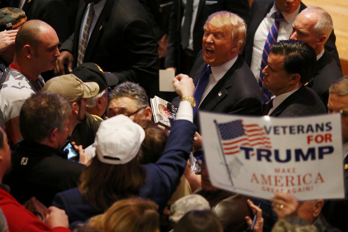 Donald Trump v době republikánské debaty promluvil k veteránům