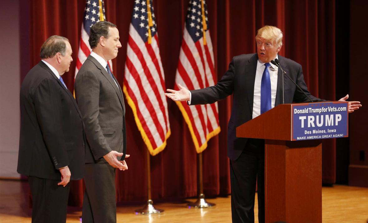 Mike Huckabee a Rick Santorum se společně s Donaldem Trumpem zúčastnili akce na podporu veteránů