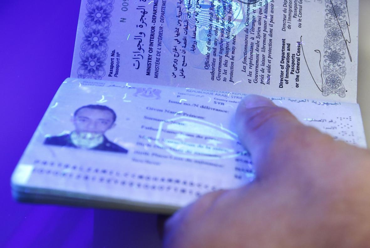 Německo kontroluje pravost pasů migrantů