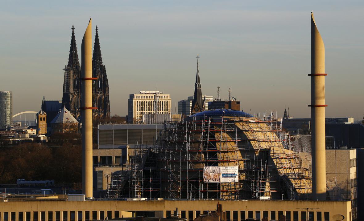 Dóm v Kolíně nad Rýnem v pozadí stavby nové centrální mešity a dvou minaretů