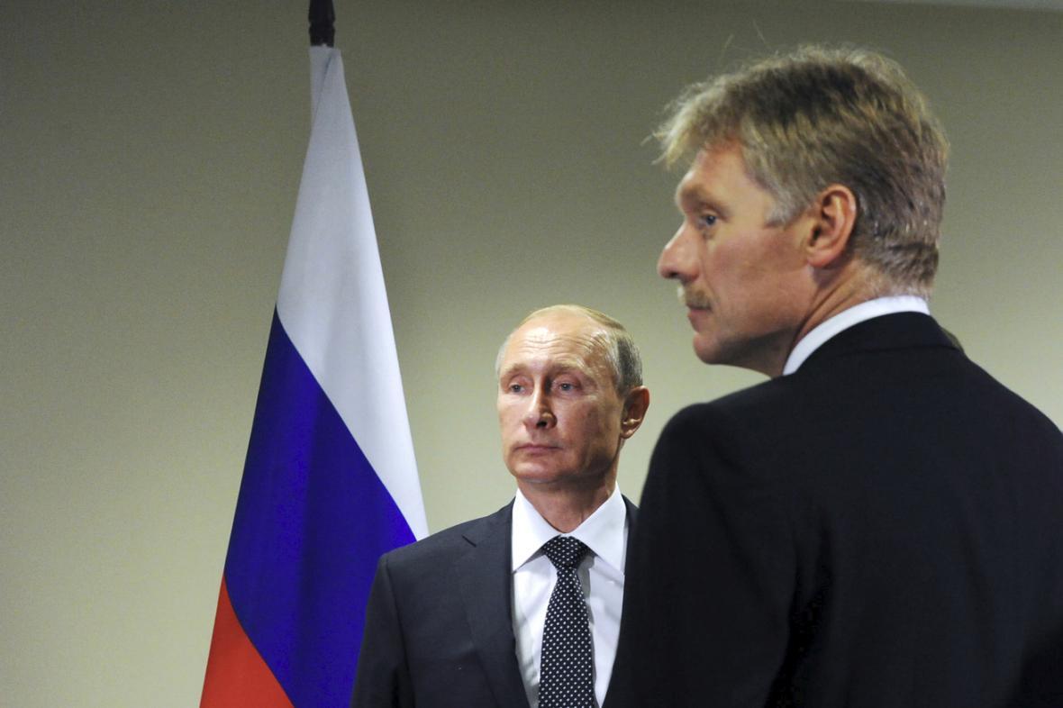 Vladimir Putin a jeho mluvčí Dmitrij Peskov