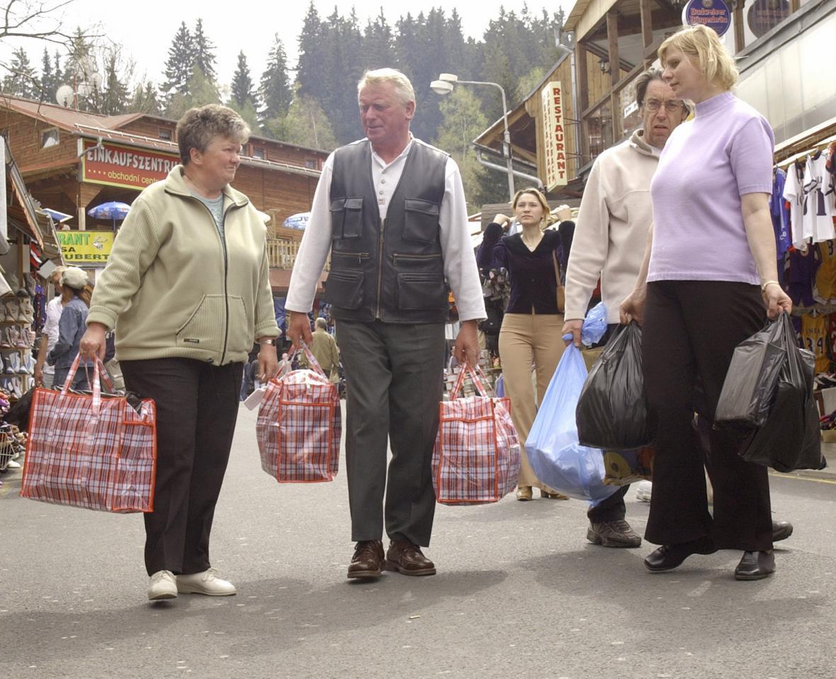 Němečtí turisté v Potůčkách - archivní snímek z května 2004