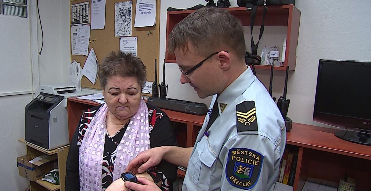 Paní Hrbkové dodávají hodinky pocit bezpečí