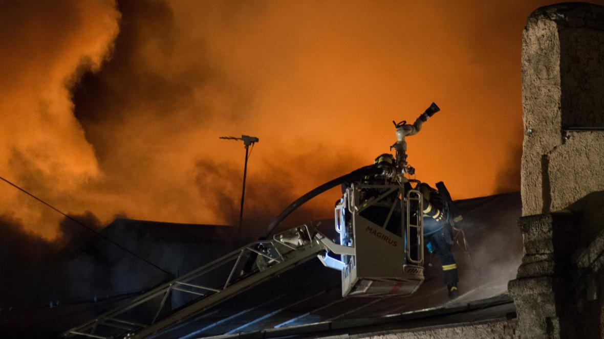 Oheň vzplál v budově s krejčovskou dílnou