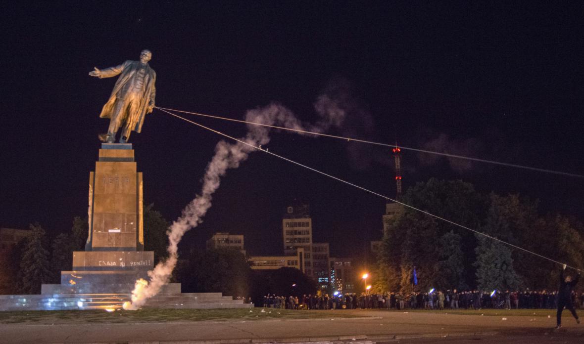 Ničení soch Lenina na Ukrajině