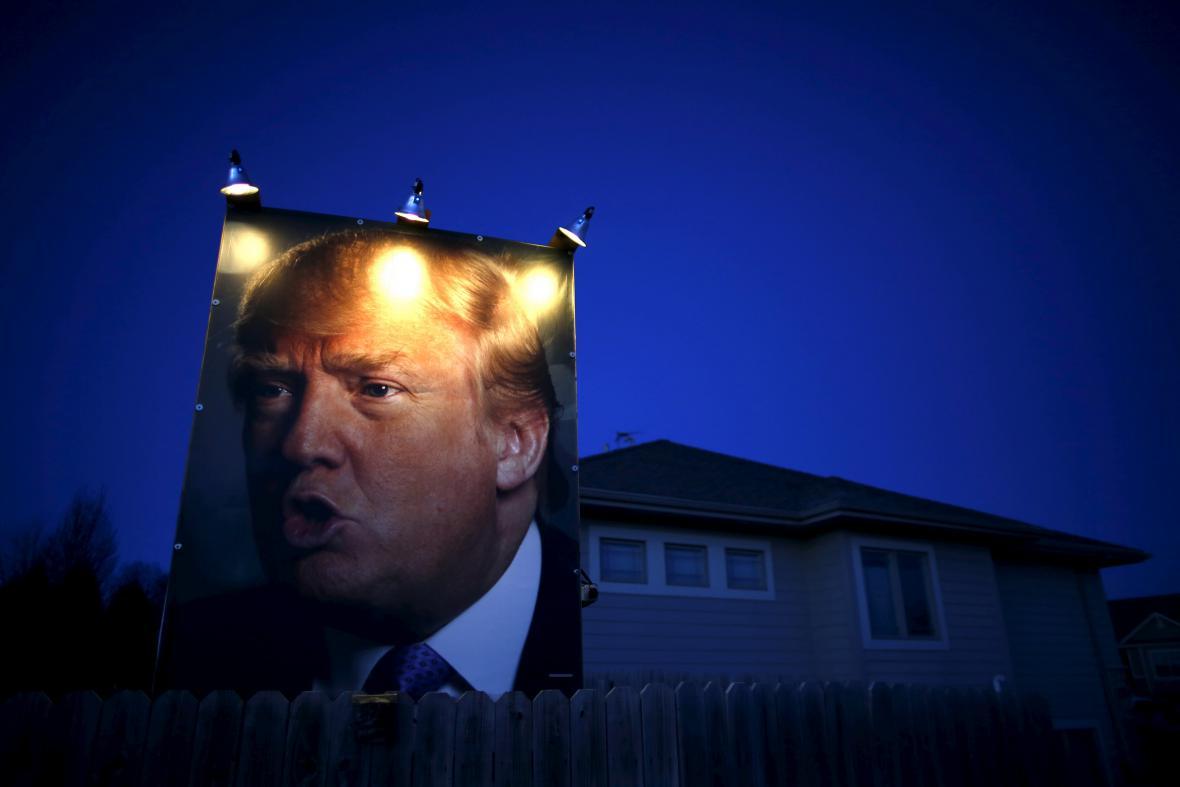 Plakát Donalda Trumpa na ulici v Des Moines