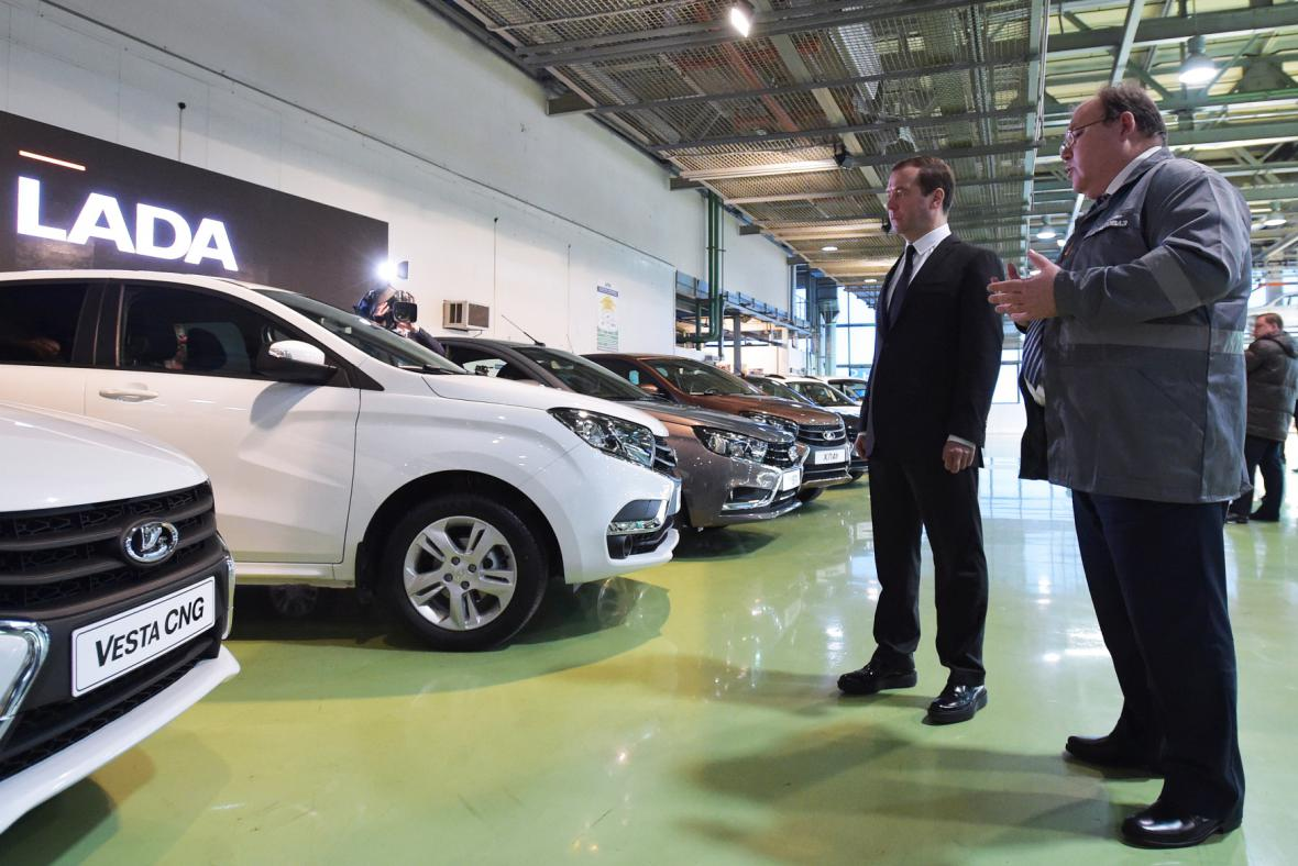 Automobilku v Togliatti navštívil koncem ledna i premiér Dmitrij Medveděv (první zleva)