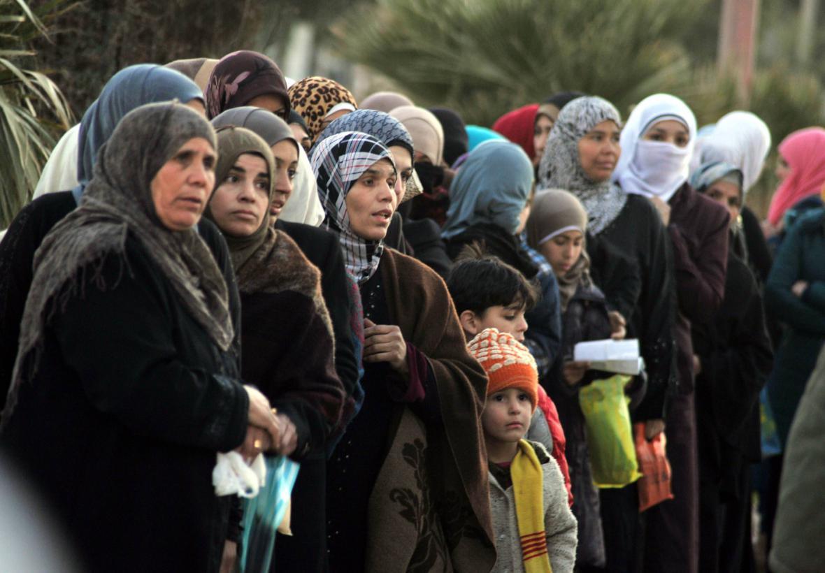 Syřané čekají ve frontě na humanitární pomoc