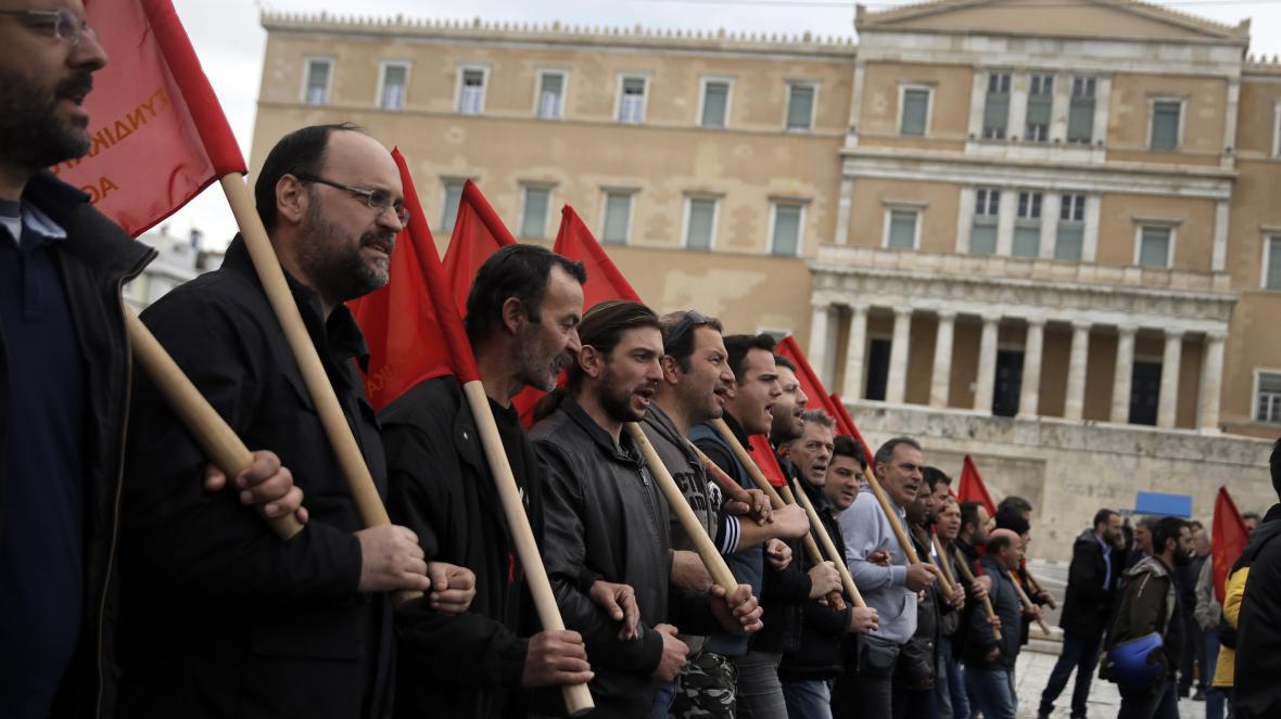 Demonstranti před řeckým parlamentem