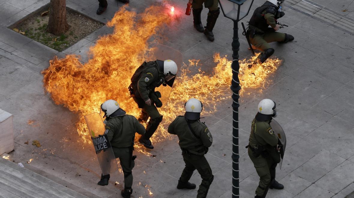 Demonstranti při protestu házeli zápalné bomby