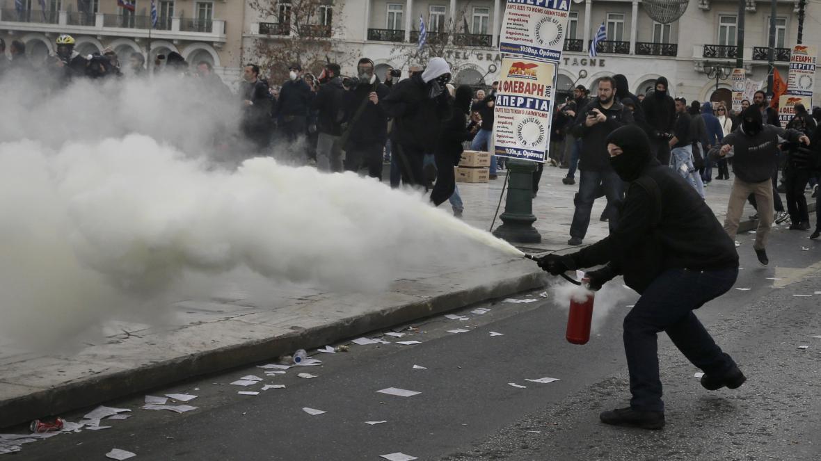 Při demonstracích v Řecku došlo i ke střetům s policií