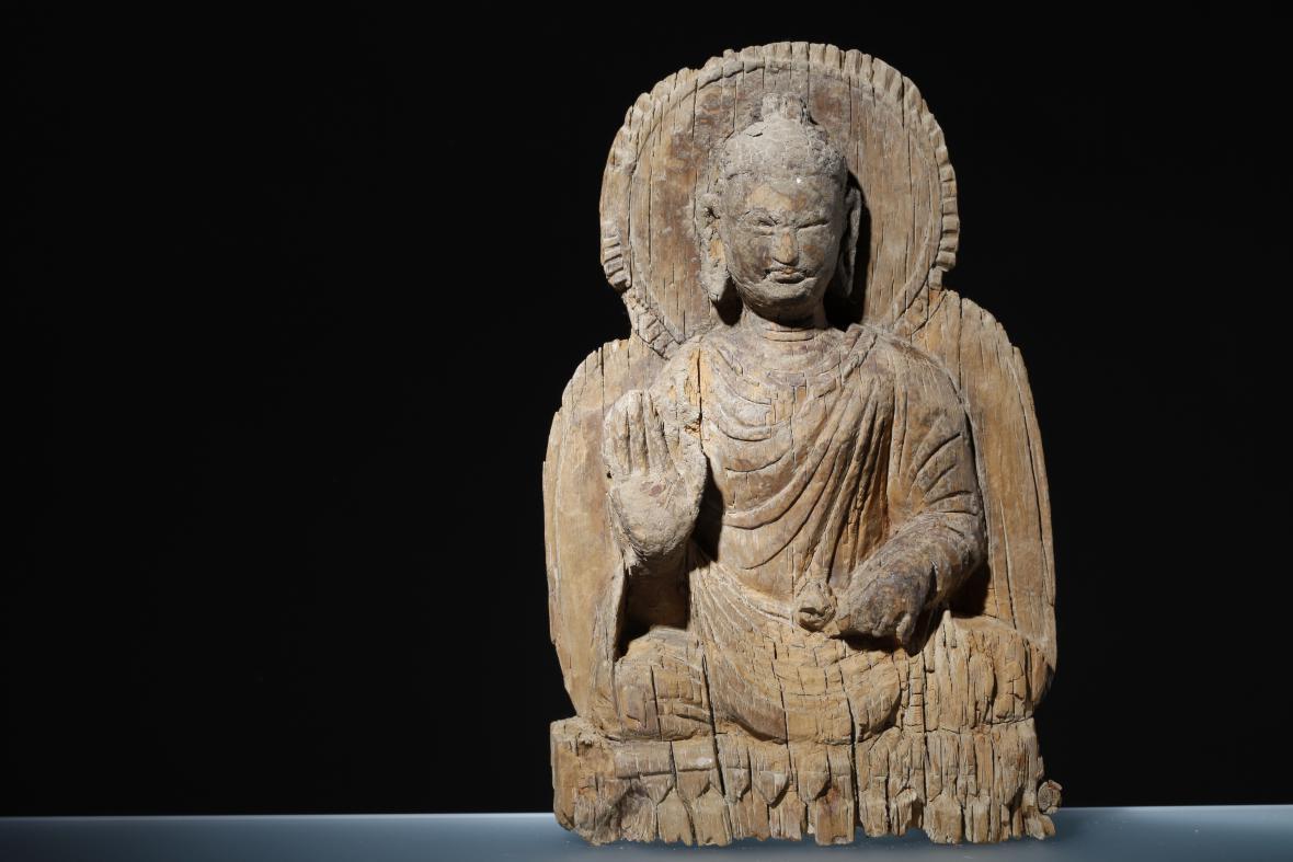 Sedící buddha ze dřeva