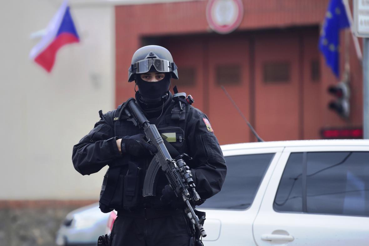 Policista u pankrácké věznice před odjezdem Alího Fajáda