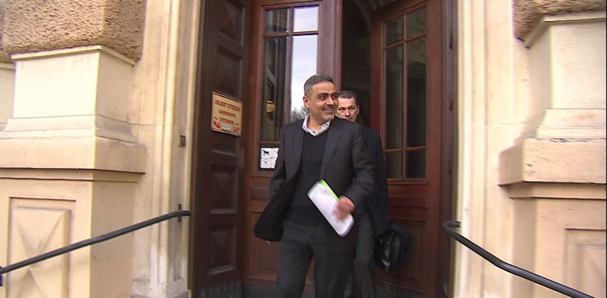 Do soudní síně ho vedli v poutech, od soudu odcházel podnikatel Zadeh s úsměvem na tváři