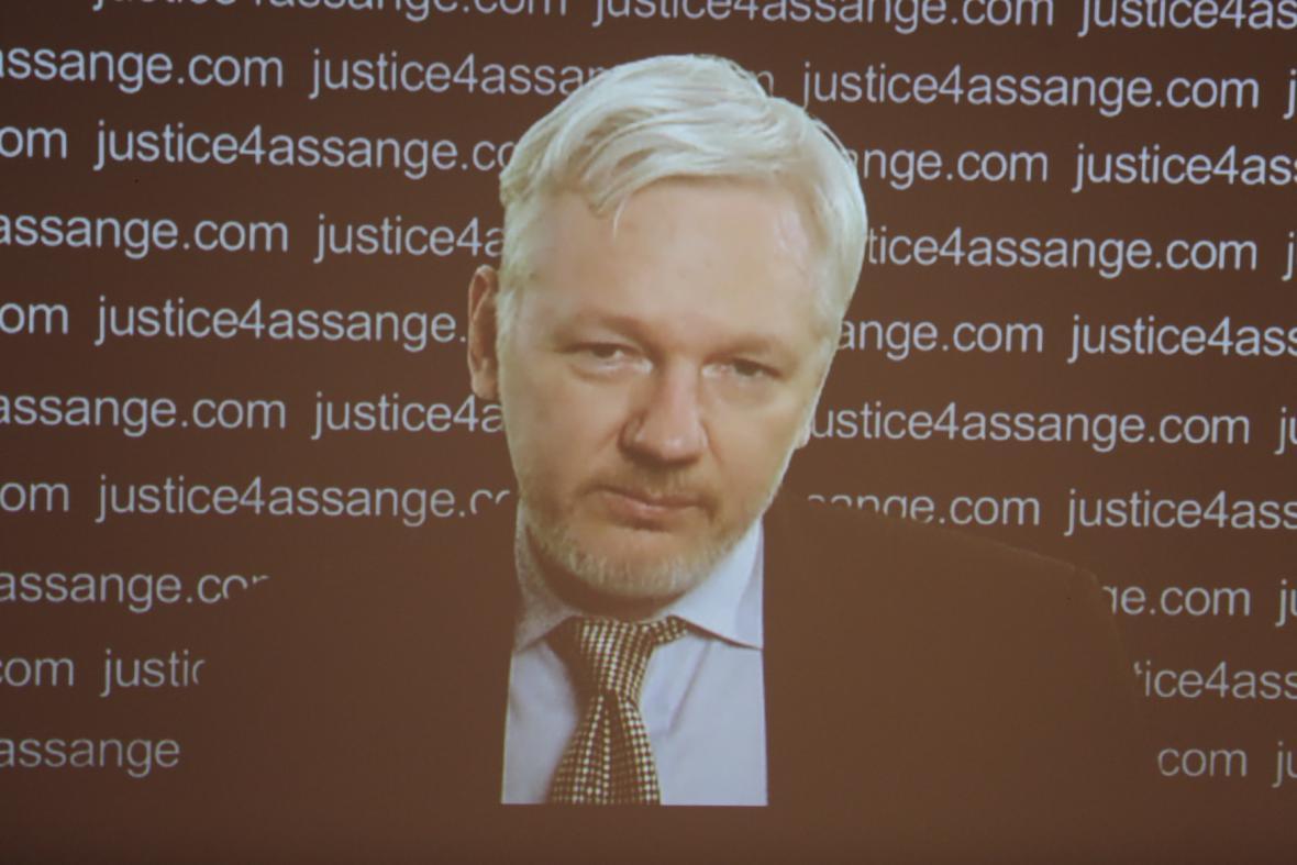 Julian Assange promluvil k veřejnosti přes telemost