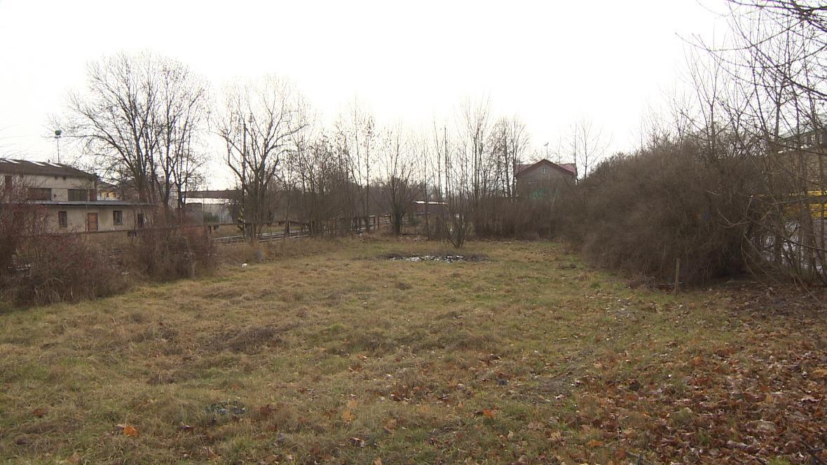 Místo, kde radnice Broumova plánuje vybudovat nové autobusové nádraží