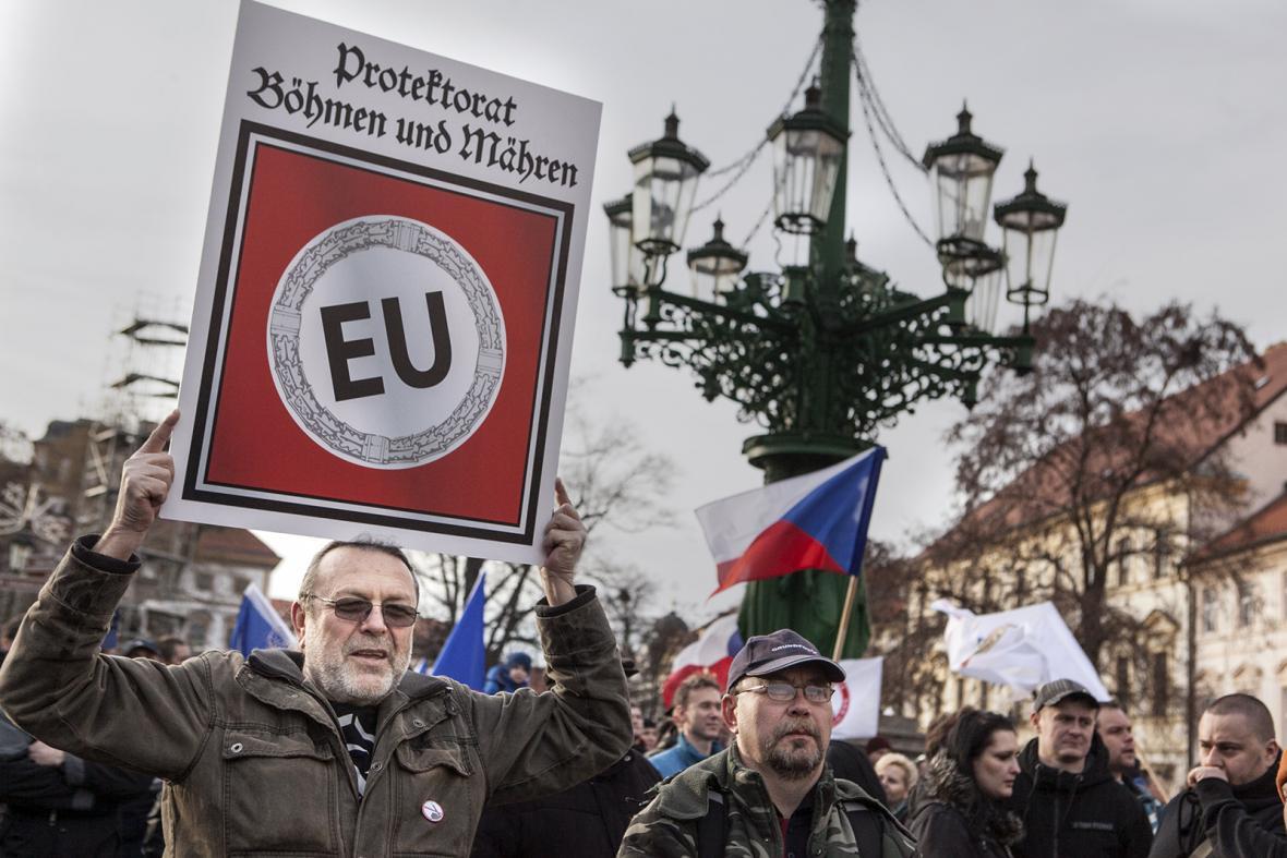 Mezi demonstranty na Hradčanském náměstí