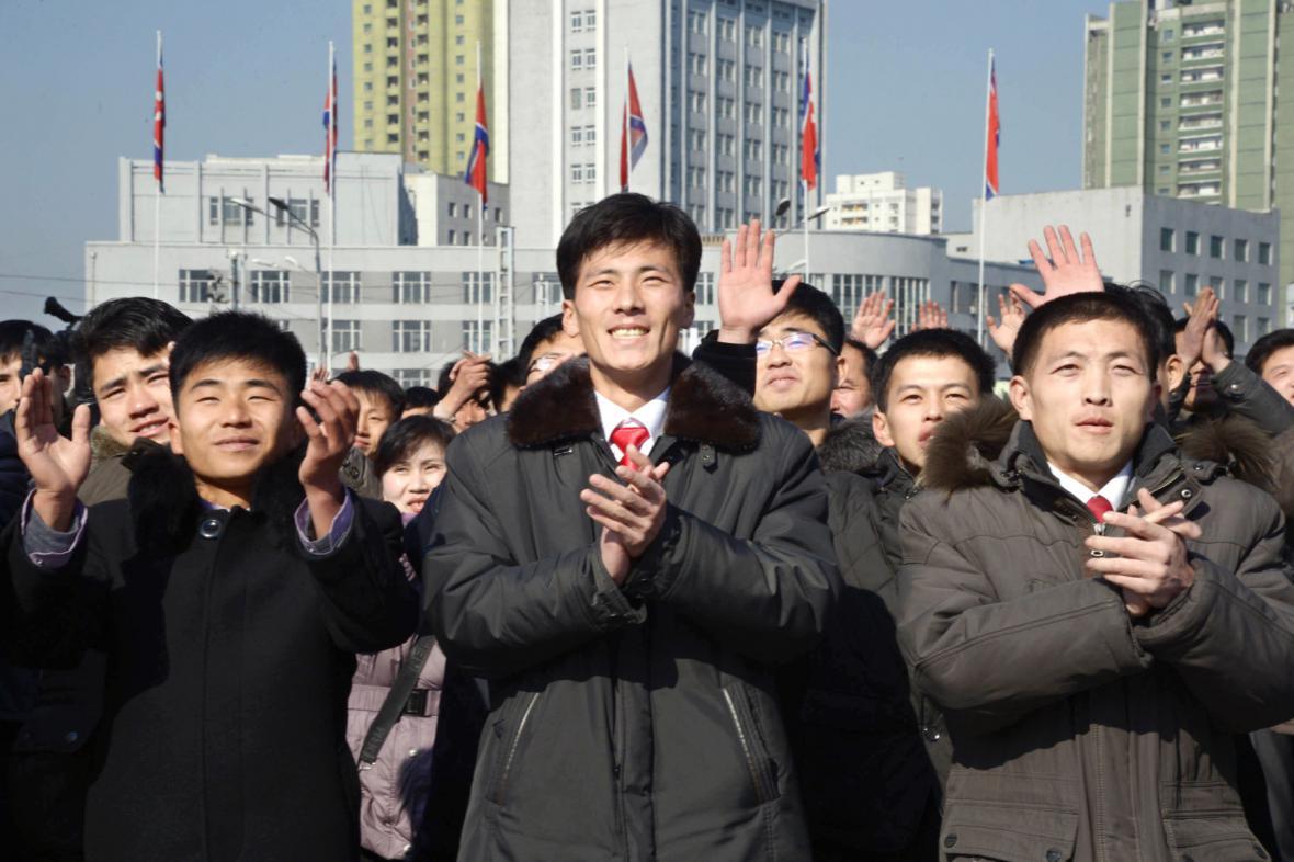 Severokorejci slaví vypuštění rakety dlouhého doletu
