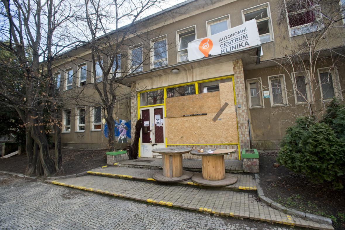Zabedněná výloha v sociálním centru Klinika na pražském Žižkově
