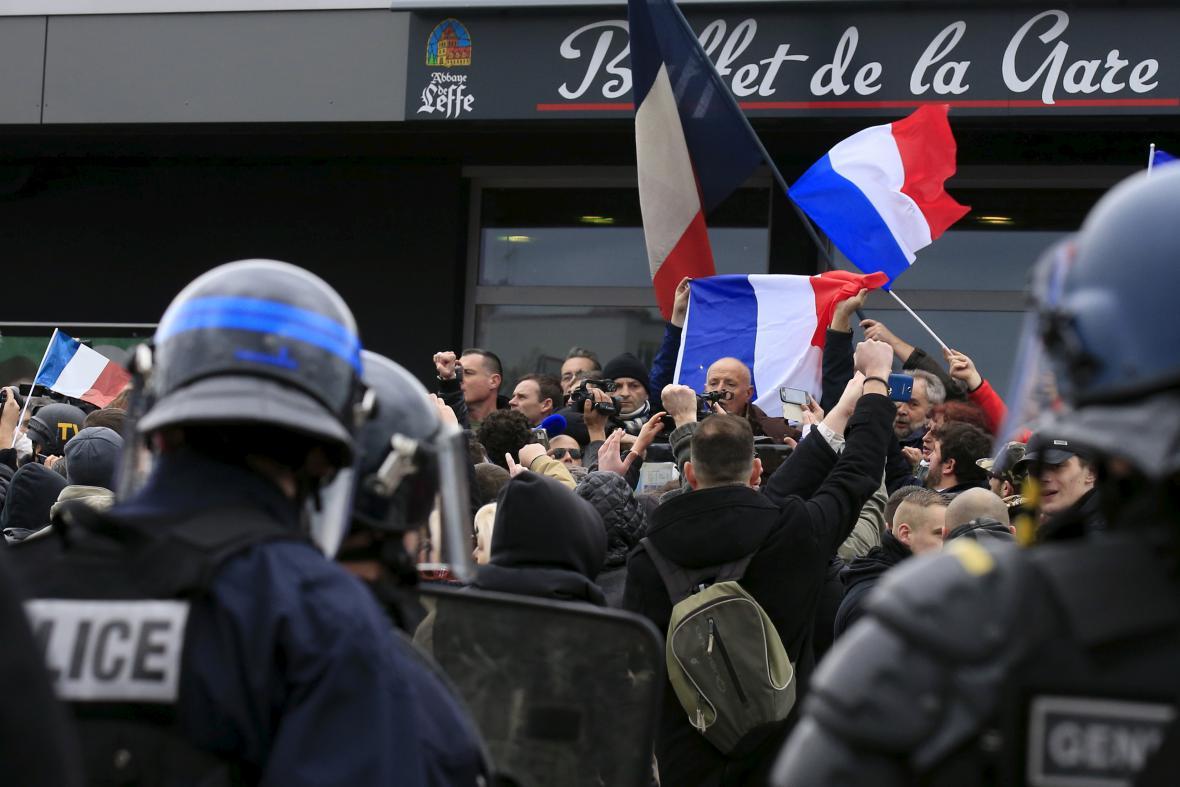 Piquemal v davu demonstrantů proti islámu