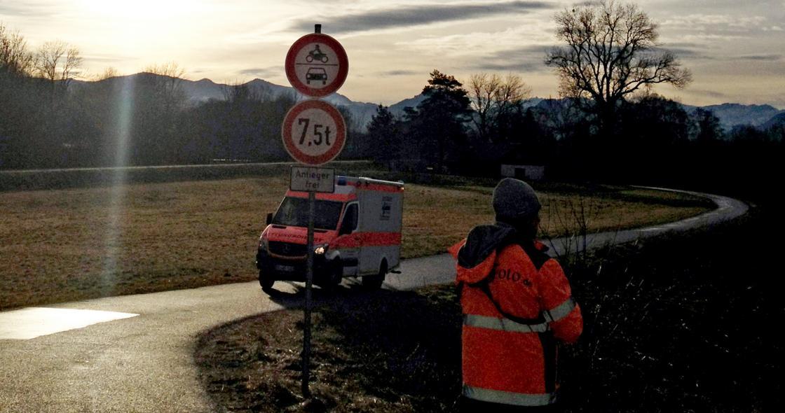 Jeden ze záchranných vozů v blízkosti nehody