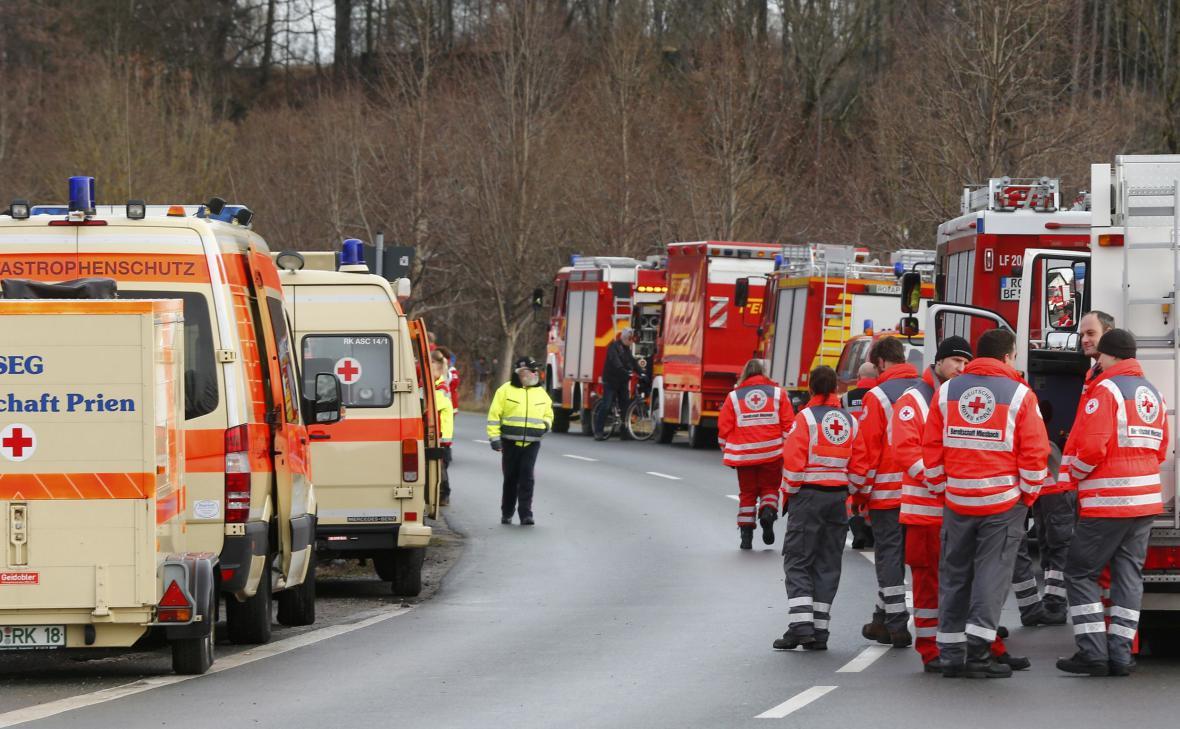 Záchranáři na místě srážky dvou vlaků v Bavorsku