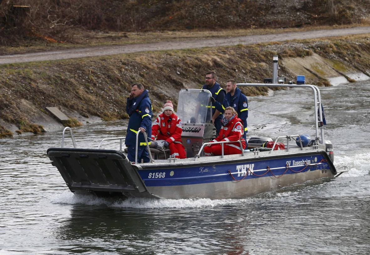 Záchranáři se snaží dostat k místě srážky vlaků