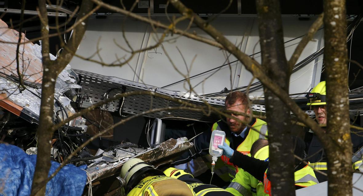 Záchranáři na místě nehody vlaků v Bavorsku