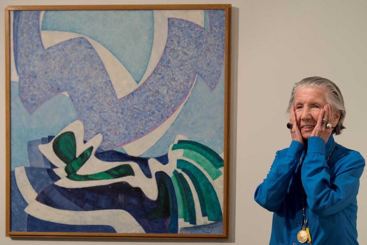 Meda Mládková vedle malby Vanoucí modře od Františka Kupky