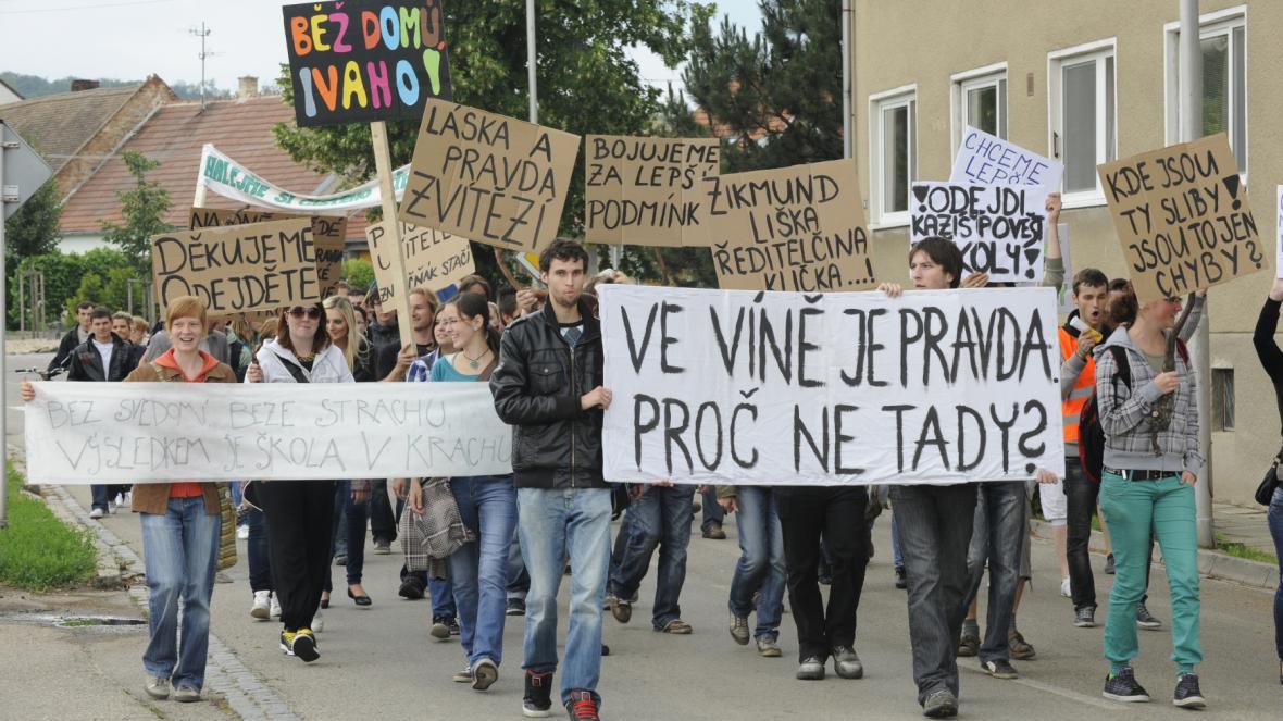 Demonstrace za odvolání ředitelky Machovcové v roce 2012
