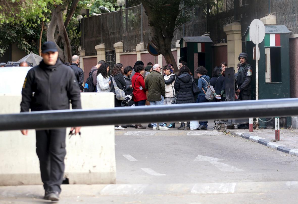 Pietní shromáždění za Giulia Regeniho před italským velvyslanectvím v Káhiře