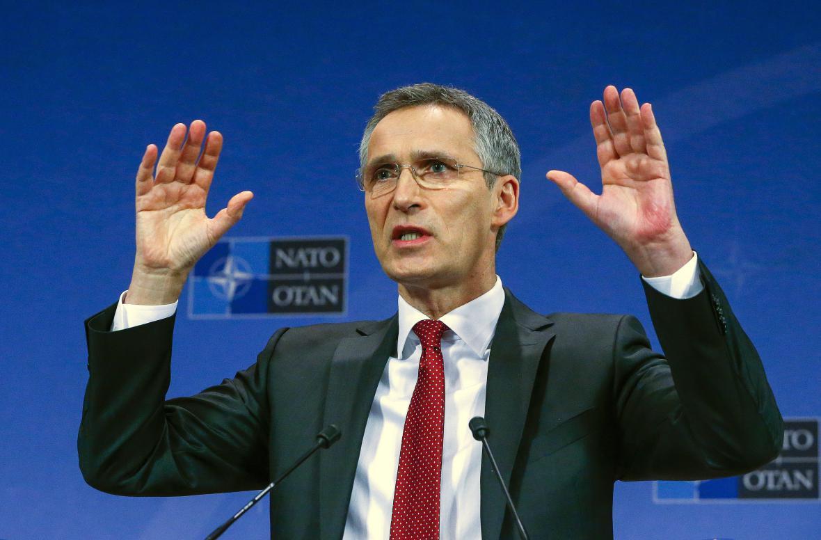 Jens Stoltenberg na brífinku před schůzkou ministrů obrany NATO