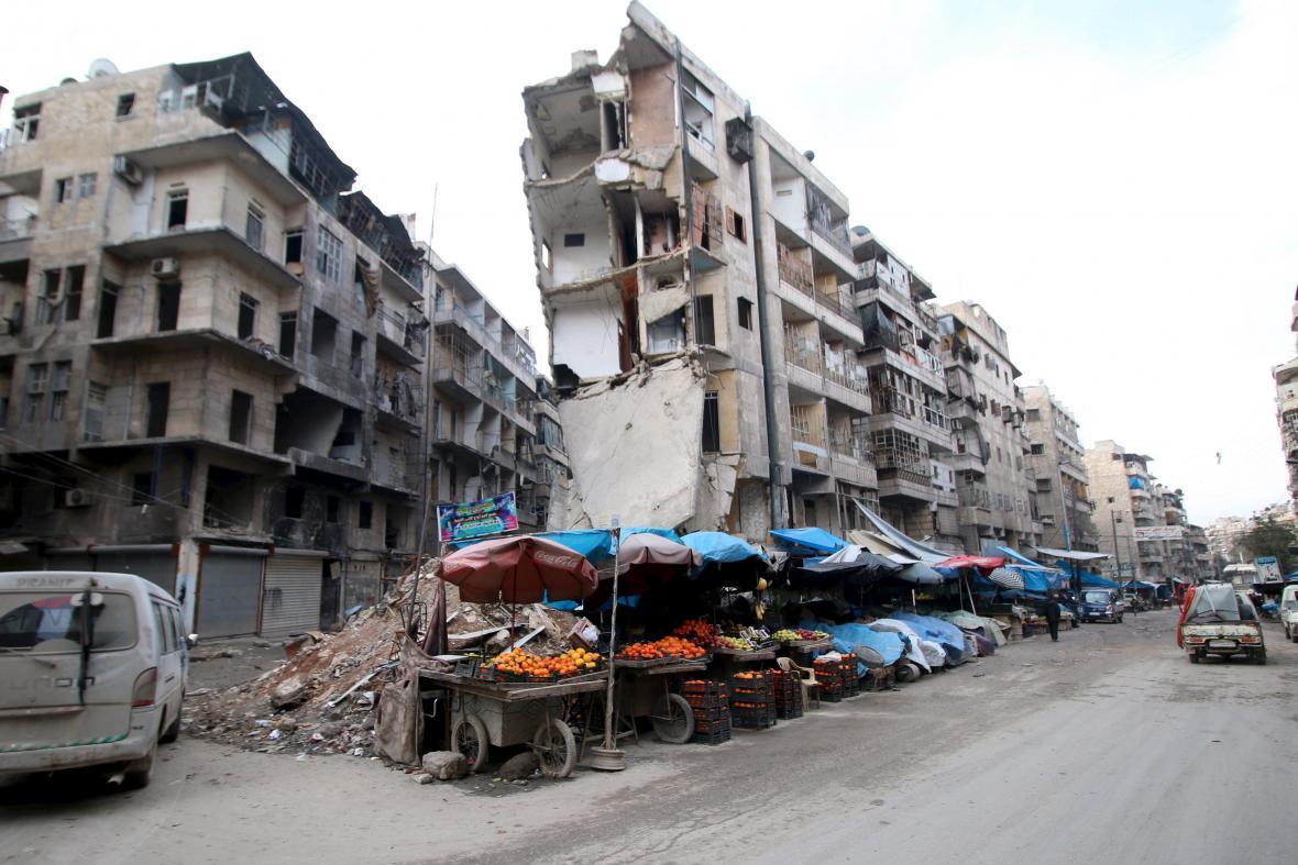Trosky domů v Aleppu