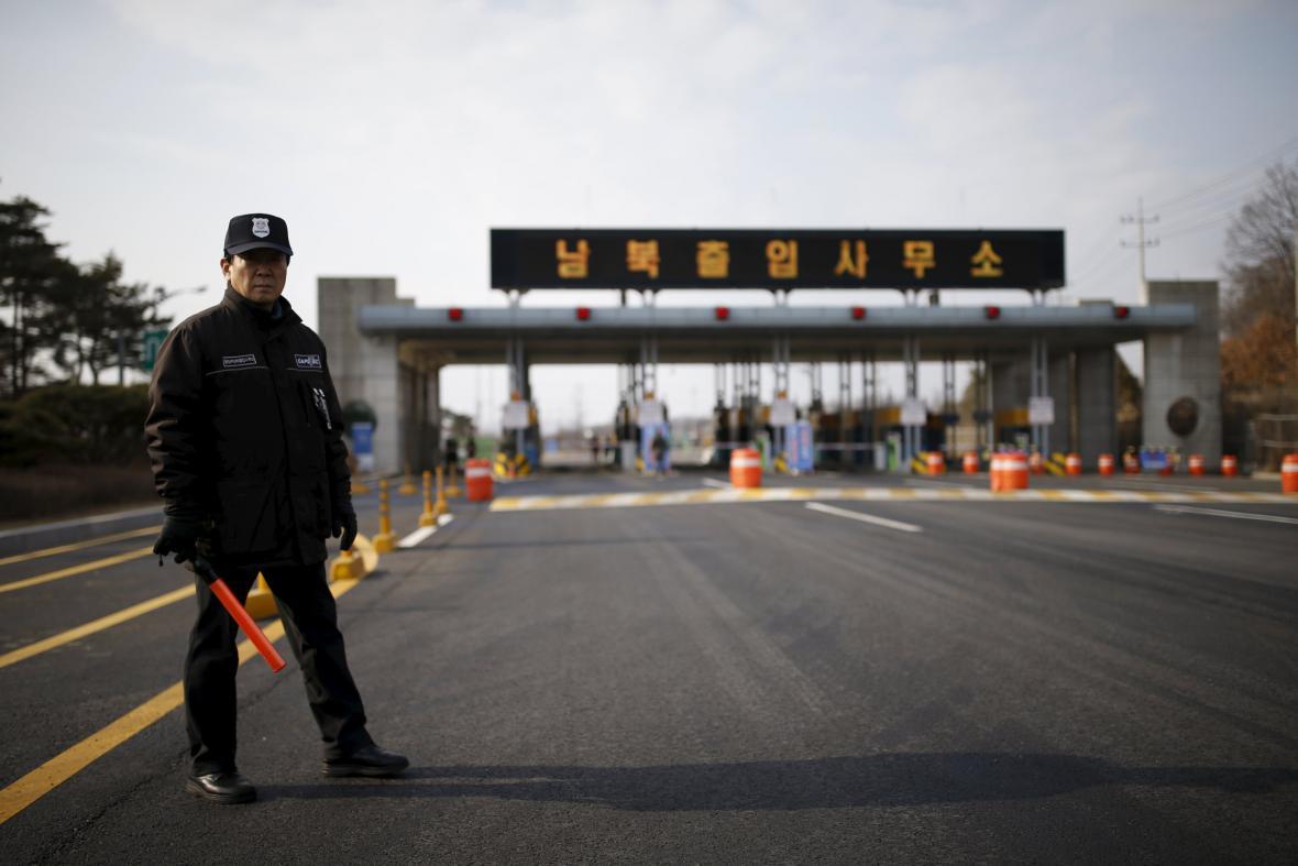 Jihokorejská hlídka u vstupu do zóny Kesong